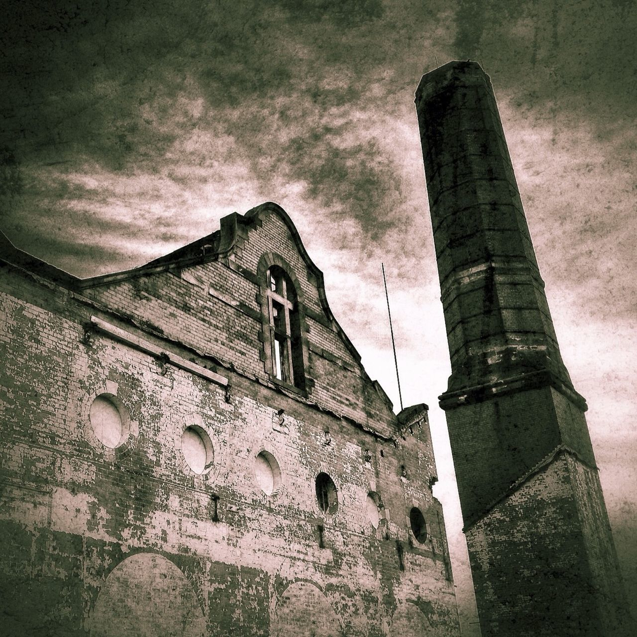 architecture, built structure, low angle view, building exterior, history, no people, outdoors, castle, ancient, old ruin, sky, day, gargoyle, ancient civilization