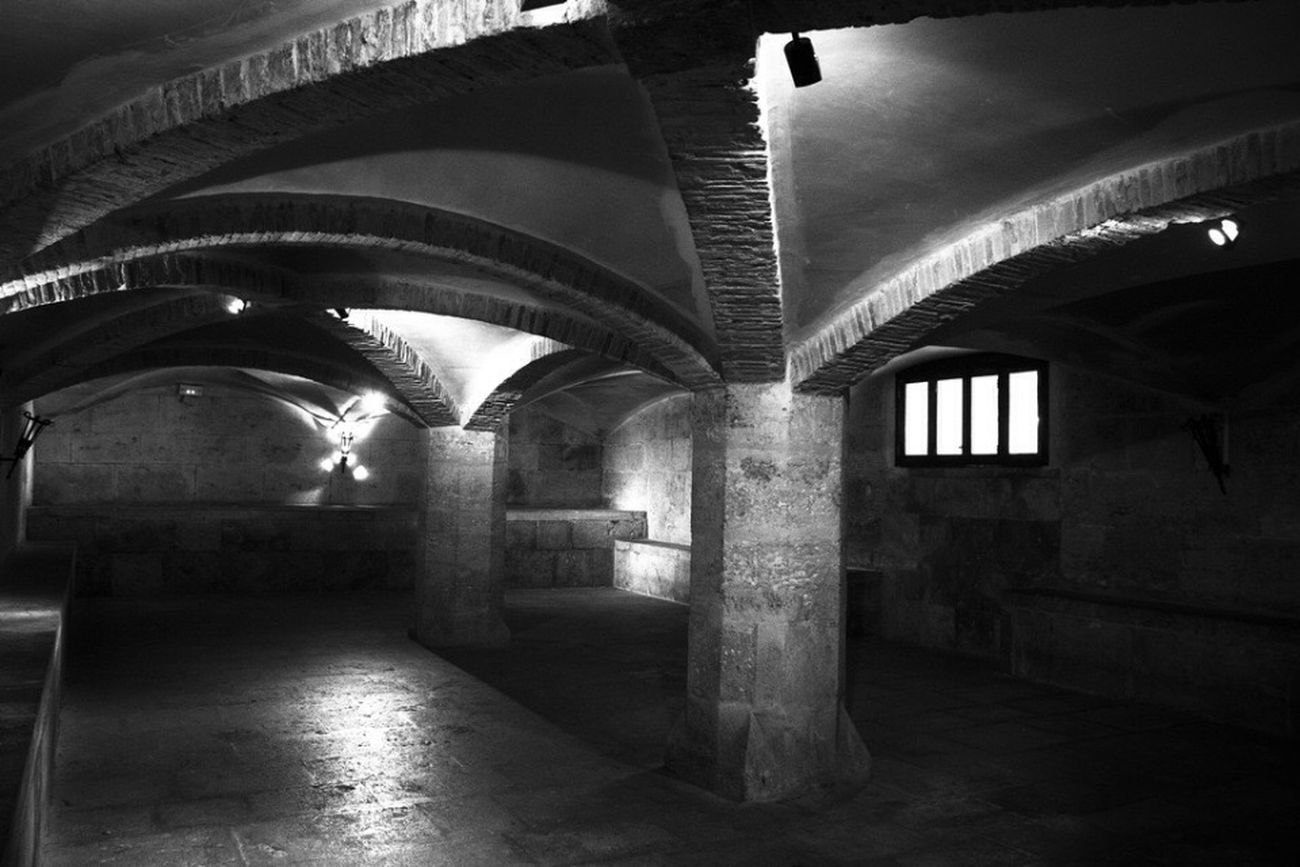 Sotterranei València Lonja De La Seda Blackandwhite Lights And Shadows Darkness And Light