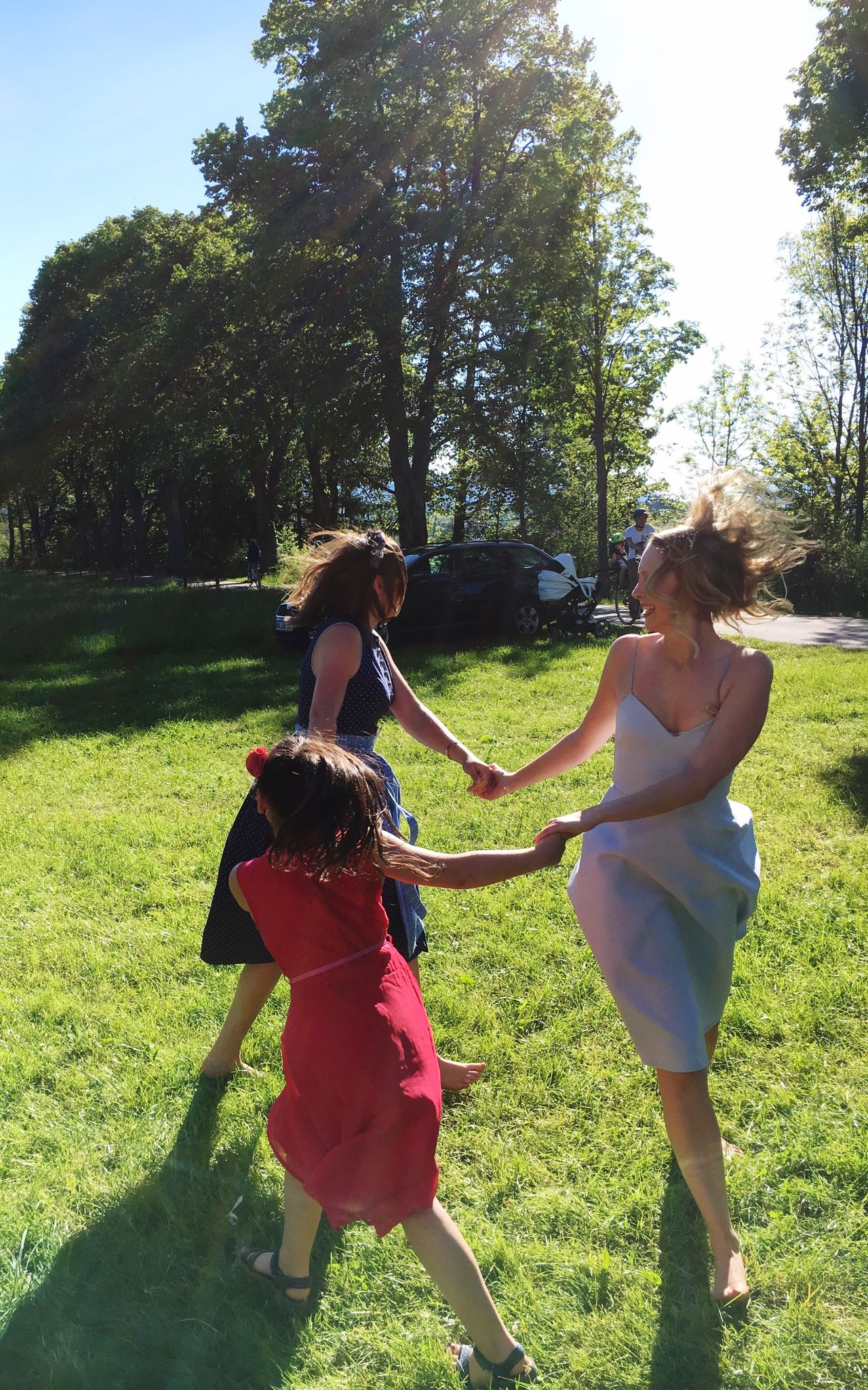 Live For The Story Hochzeit Having Fun 💃🏼 Togetherness Fun Grass Friendship Casual Clothing Leisure Activity Full Length Women Young Women Day Sunlight Happiness Smiling Bonding Real People Outdoors Carefree Young Adult