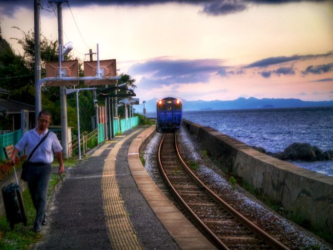 On The Platform Eki - Station - VI : Arrival Seaside Liner Train Chiwata Eki, Omura Line. Kyushu Railway Company Sea And Sky 18:52 の駅 / LUMIX GX1 LUMIX G VARIO 14-45/F3.5-5.6 F/5.6 Landscape_photography