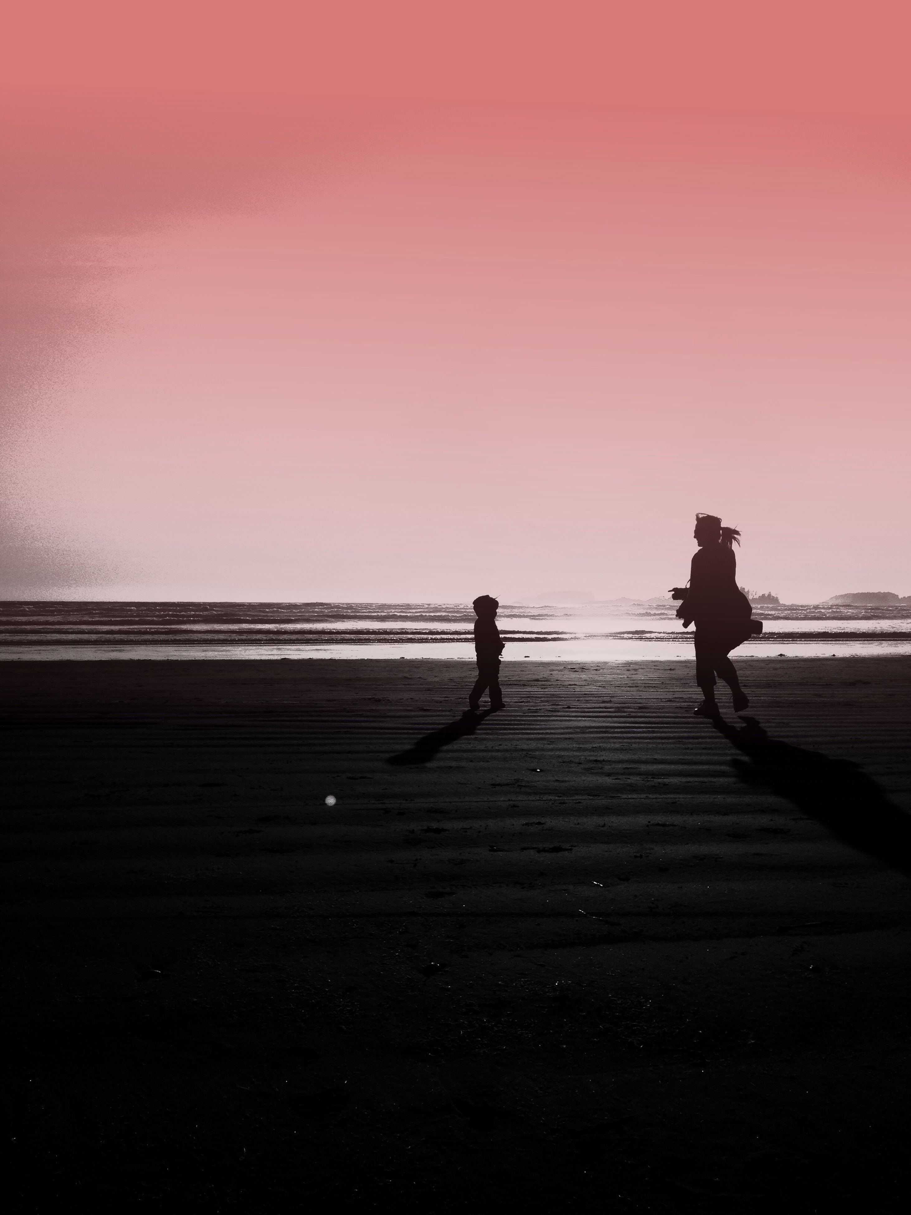 sea, sunset, horizon over water, silhouette, water, beach, lifestyles, leisure activity, copy space, men, shore, tranquil scene, clear sky, standing, person, sky, tranquility, scenics