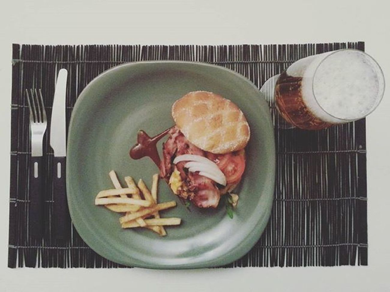 Hubbys seduction continues with his signature dish. The deceptively simple burger. Served with a cold beer. Mmmmm Mykitchenromeo Hubbyskitchen Hamburger Burger Rocketleaves Rocket Onions Tomato Ruccola Bacon Liquidsmoke Sriracha Fries Pommesfrites Coldbeer Beer
