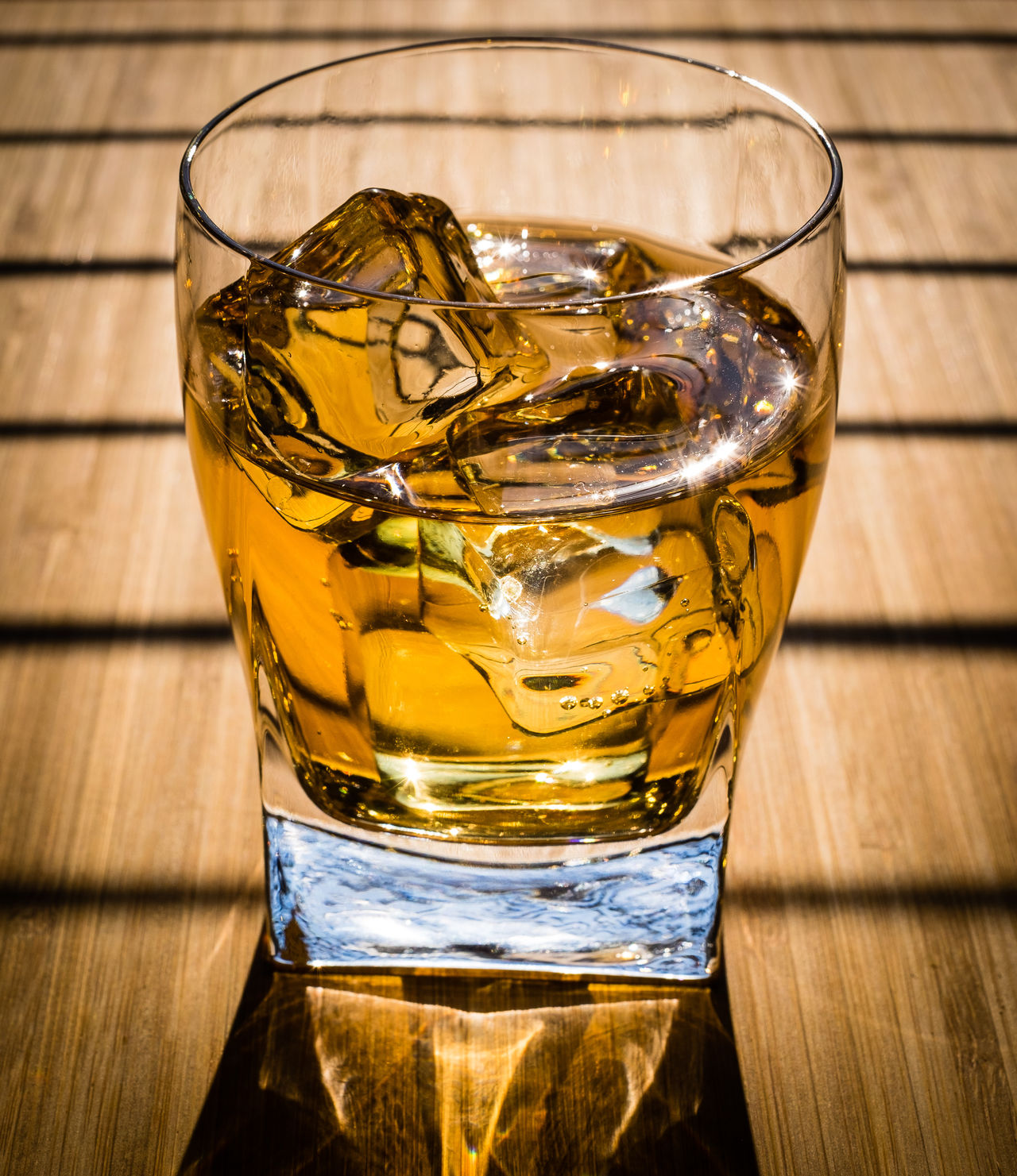 Apfelsaft mit Eis oder vielleicht doch Whisky? Alcohol Apfel Close-up Drinking Glass Eis Eiswürfel Lebensmittel Refreshment Saft, Sonne Sonneneinstrahlung Sonnenuntergang Still Life Table Whisky Whisky Glass Whisky Tasting Wood - Material