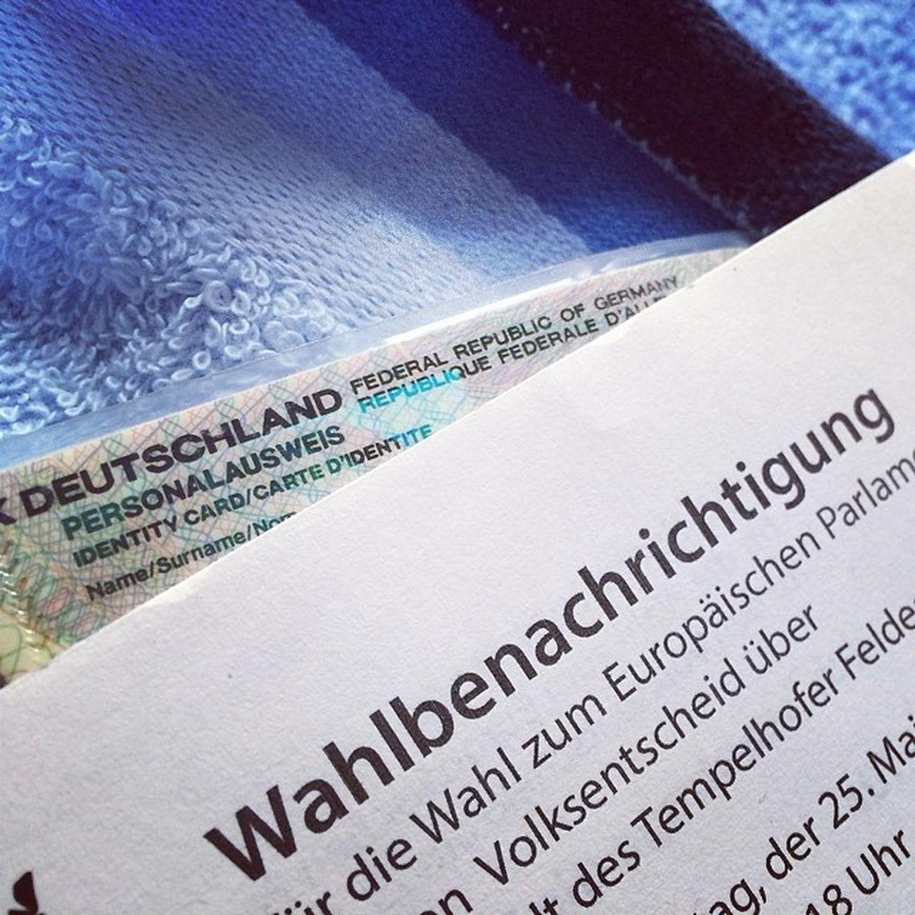 Alles dabei: Handtuch? Check!, Ausweis? Check!, Wahlbenachrichtigung? Check! #towel #towelday #berlin #ep2014
