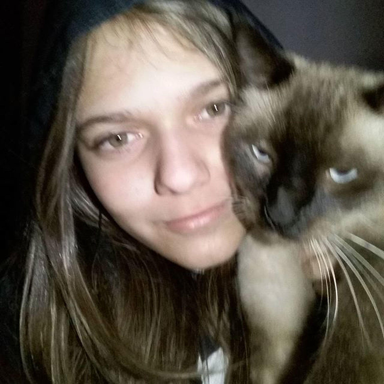 Eu e minha mãe... Não gosto muito de câmeras ao meu redor😣😉📷🎥 Billycat  SiamêsCaraDePau Bagunceiro AdoraBagunçarOCabeloDaMamãe BagunçaÉComOBillyMesmo