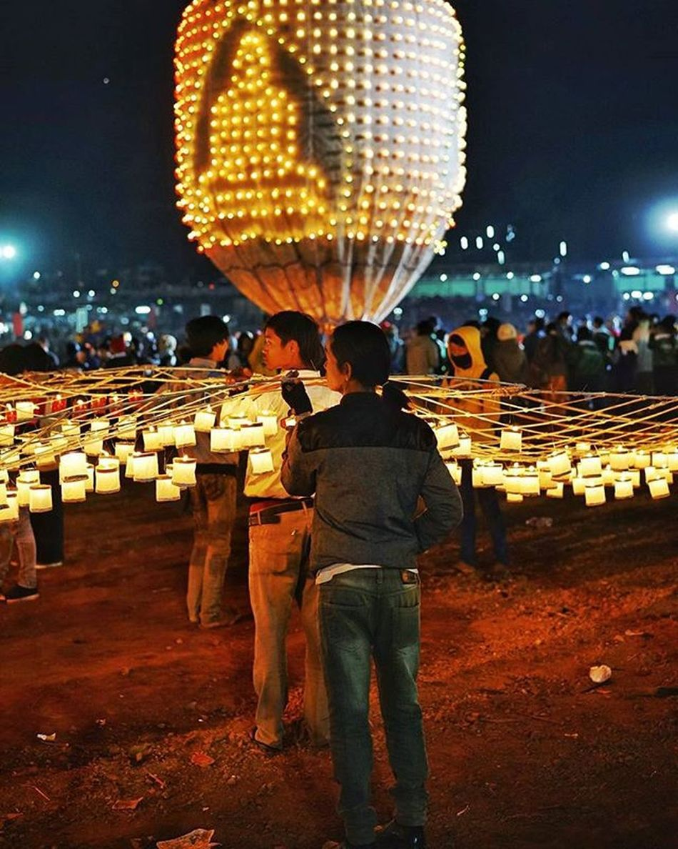 Candles vs Fireworks at Tazaungdaing There are two types of fire balloons launched at night during the annual Tazaungdaing festival in Taunggyi . The first packs a payload of thousands of fireworks for an impressive and dangerous display in the sky. The other carries hundreds of candles instead Under these balloons is attached a thin skeleton of bamboo with dozens or hundreds of lit candles attached. If the lantern can lift off, it carries this away, as the candles shift to keep them upright Less dangerous, but still hardly in the safe category Myanmar Burma ThisMyanmarLife