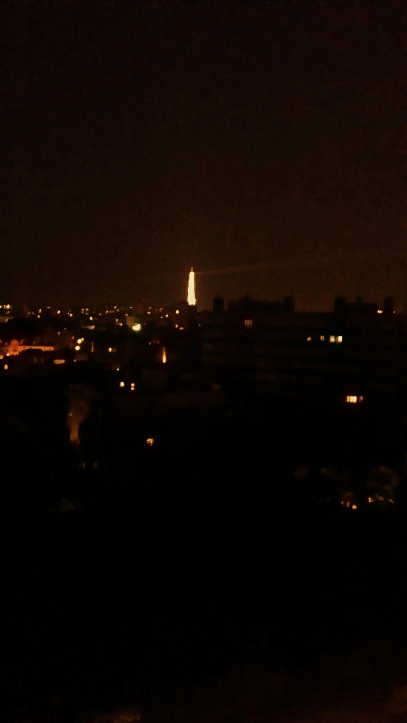Relaxing la tour eiffel se la pete grave le soir