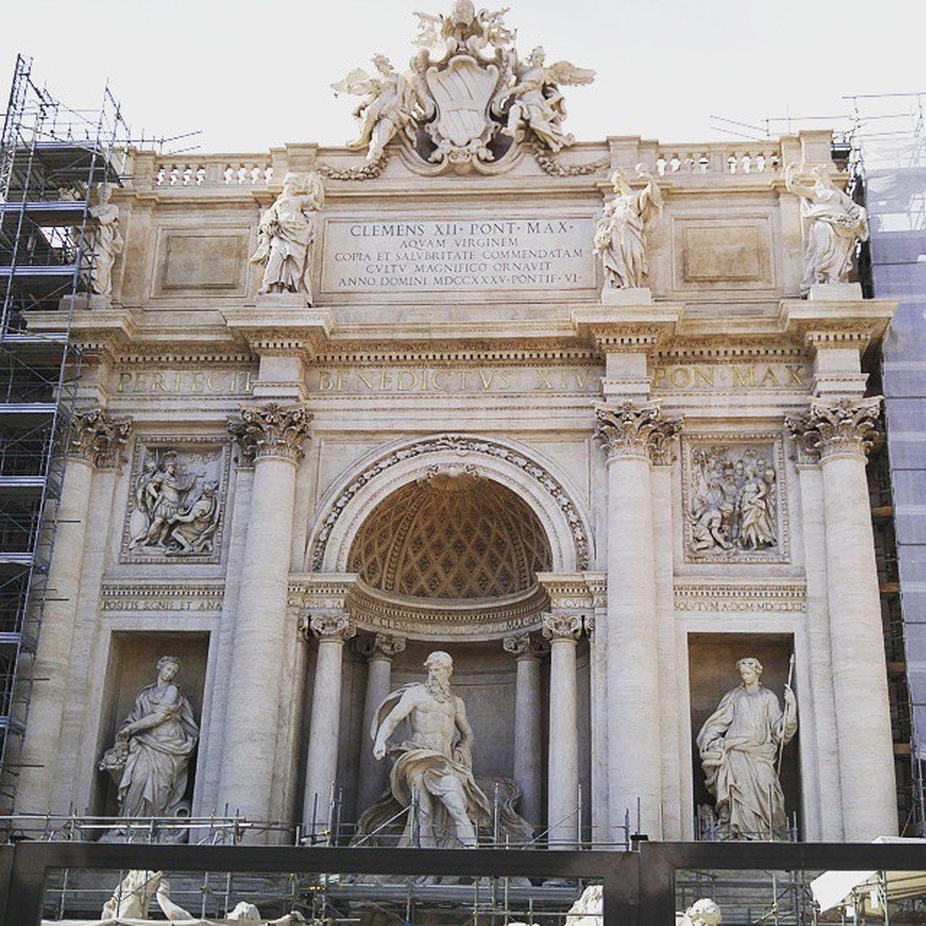 어흑...트레비 공사 중으로 너무 아쉬움... 분수는 생각보다 너무 컸고 그 주변의 광장은 생각보다 너무 작았고. 그래도 바닥에 동전은 많더라. Rome Roma Trevi 트레비분수 TreviFountain 로마