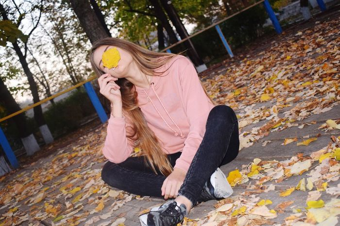 EyeEm Selects One Person One Woman Only Sitting Autumn One Young Woman Only Young Women Tree Women One Girl Only Естественность✔ Moldavian девушка Jeans Day Long Hair Casual Clothing Мир прекрасен мир вокруг тебя Autumn People Second Acts Adults Only FrumusețeaSimplității толькоулыбайся