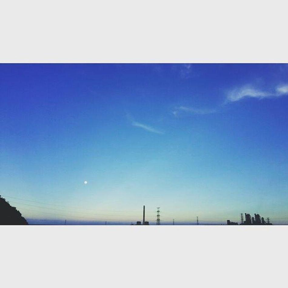 每天經過的地方,每次看見藍天白雲以及太陽下山的倒影,都覺得美極了很舒服帶來好心情, 送給你們並且一起加油愛人們 喜歡 太陽下山 美麗 藍天 白雲 Samsungnote3neo