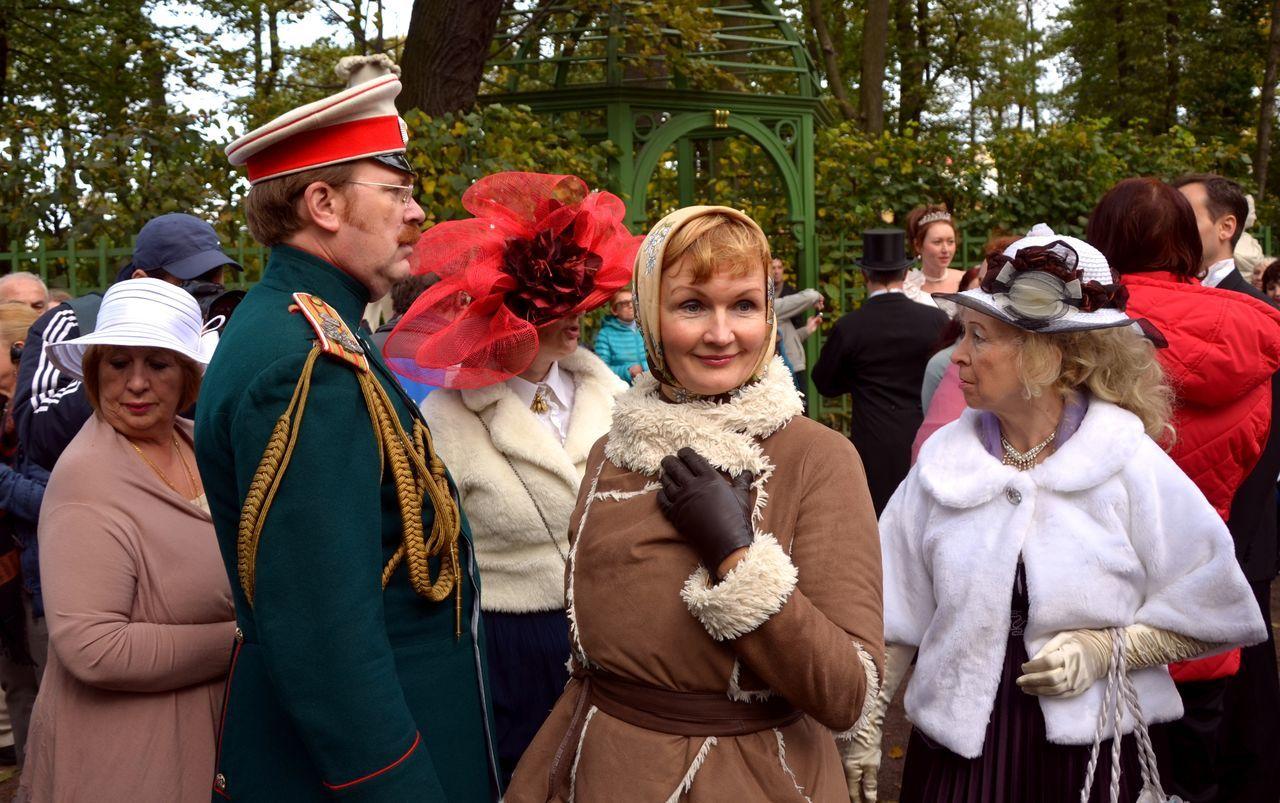 COSTUMES FAN IN THE GARDEN Clothes Costume Figure Glance Hat Headwear Side View Uniform Wemen