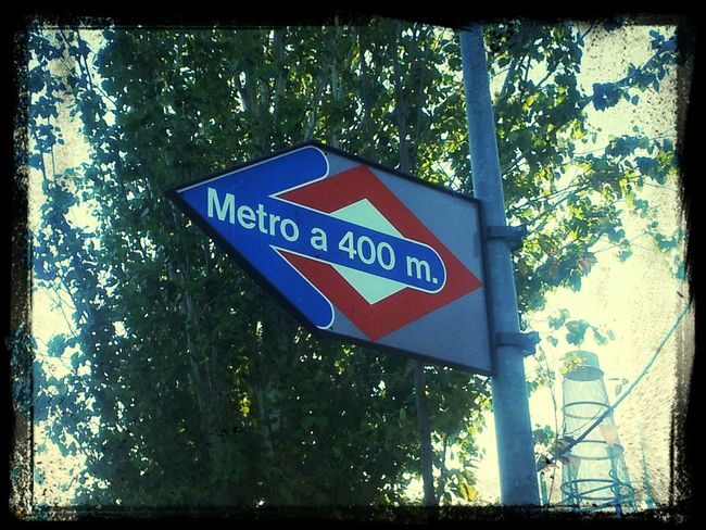 ¿Te has dado cuenta que el Metro De Madrid  siempre suele estar a 400m? Street Taking Photos Small Things