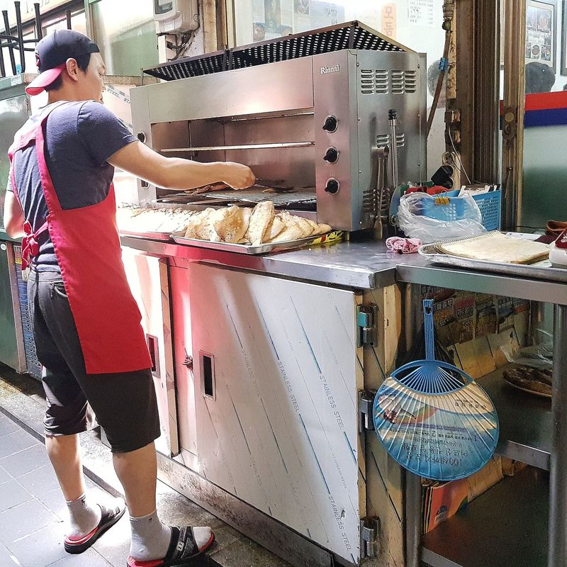 Went into an alley following a delicious smell. It was a hairtail alley - I was in luck ! Fish Hairtail Cutlass Food Alley Cooking Tripwithson2017 Tripwithsonmay2017 Namdemun Market Seoul Streetphotography Streetphotography Seoul South Korea