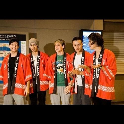 One Direction Kimonos Wut. Anyway the boys are in Tokyo.