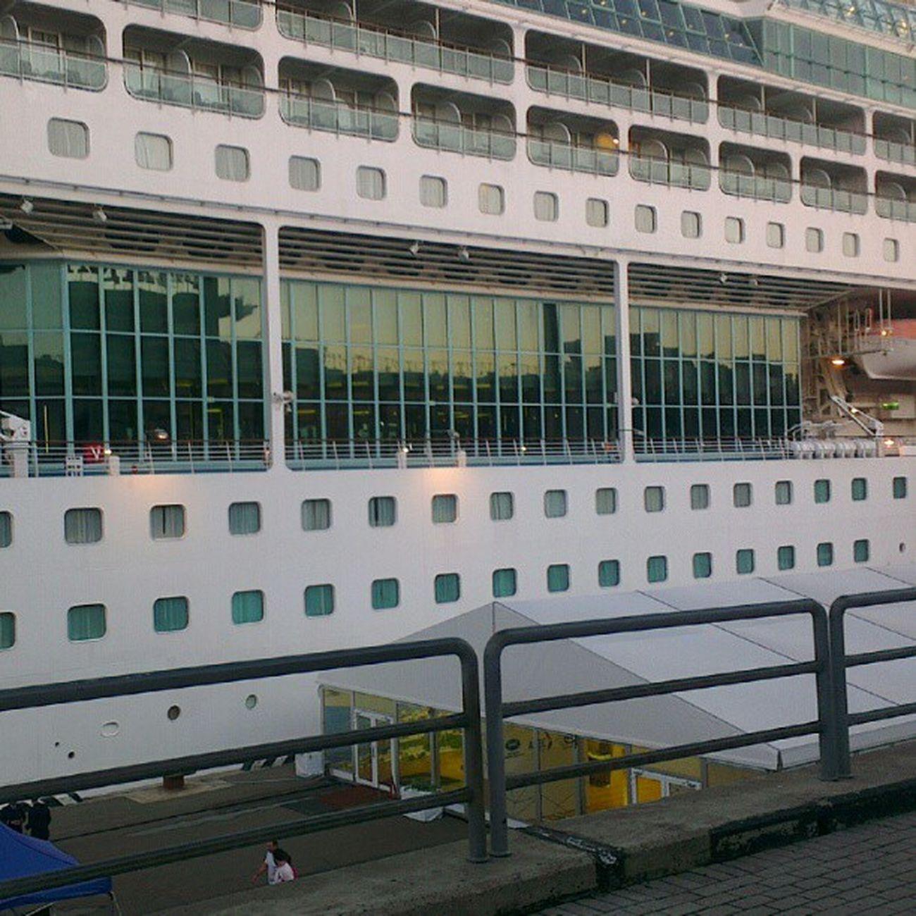 Выставочный манеж у входа плавучей гостиницы  саммит  Владивосток APEC2012
