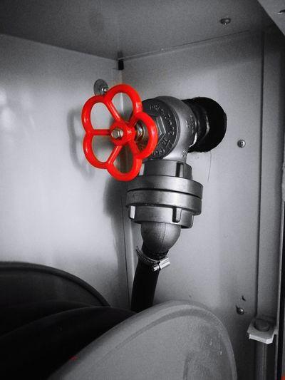 Red Emergency Equipment Indoors  No People Farbakzent Feuerlöschschlauch Ventil