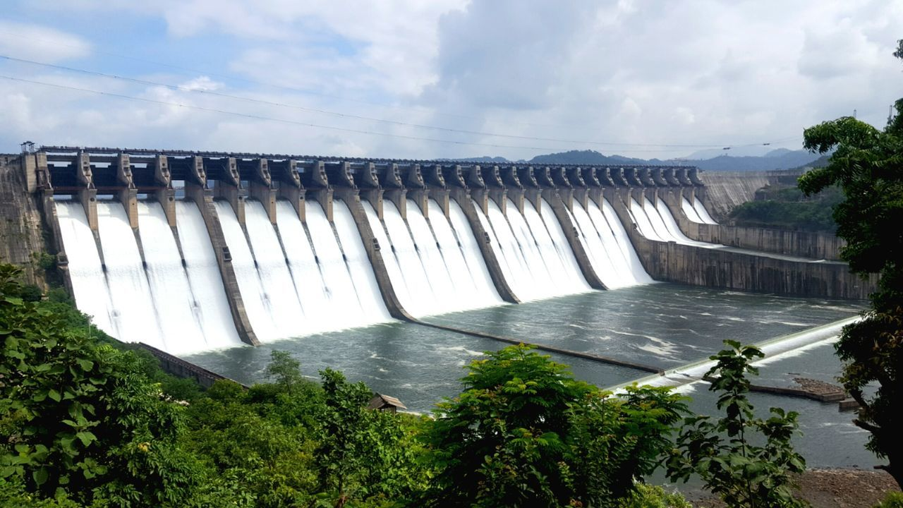 Sometimes the men's construction touch up the beauty of nature!🏞🗺 IndustrialVisit Sardarsarovardam Sardarsarovar Magestic Water Waterfall Sky Cloud - Sky Environment Hydroelectric Power Natural Landmark Nature Flowing Water Beauty In Nature Technology Architecture Beauty Of Nature Photographersofindia
