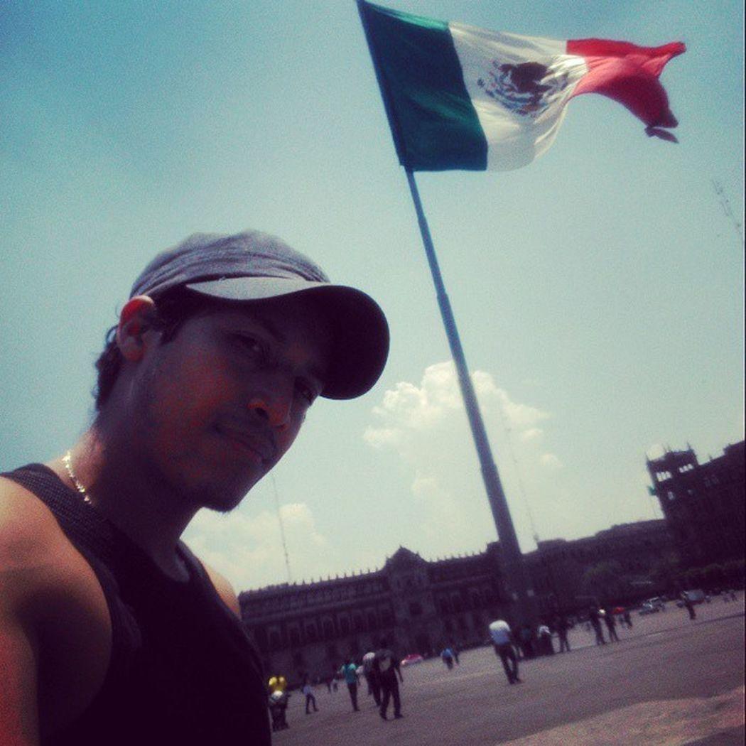 Con la bandera más guapa del mundo. BanderaDeMexico Zócalo Centrohistorico RunningBike 🚲📷