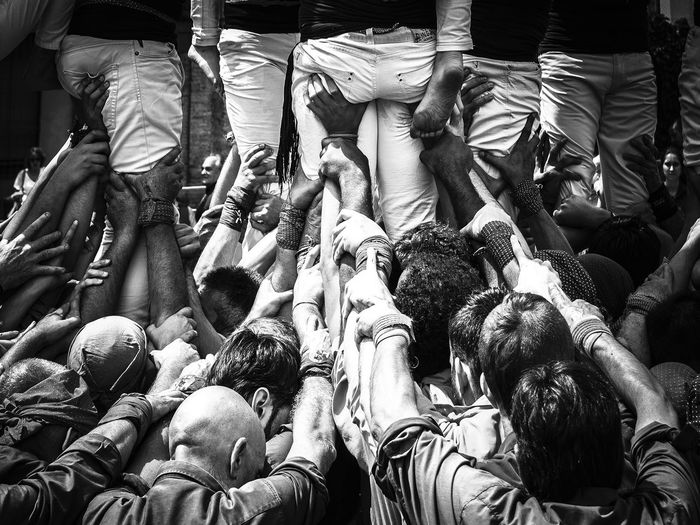 Tots units fem força... Barcelonanotepor HumanTowers Alltogether Backportrait Blackandwhite Photography Castellers Catalanculture Crowd Holdmebackbro Real People Team Work Make The Dream Work  Totsunits The Week On EyeEm EyeEmNewHere Throughmyeyes Resist Black And White Friday