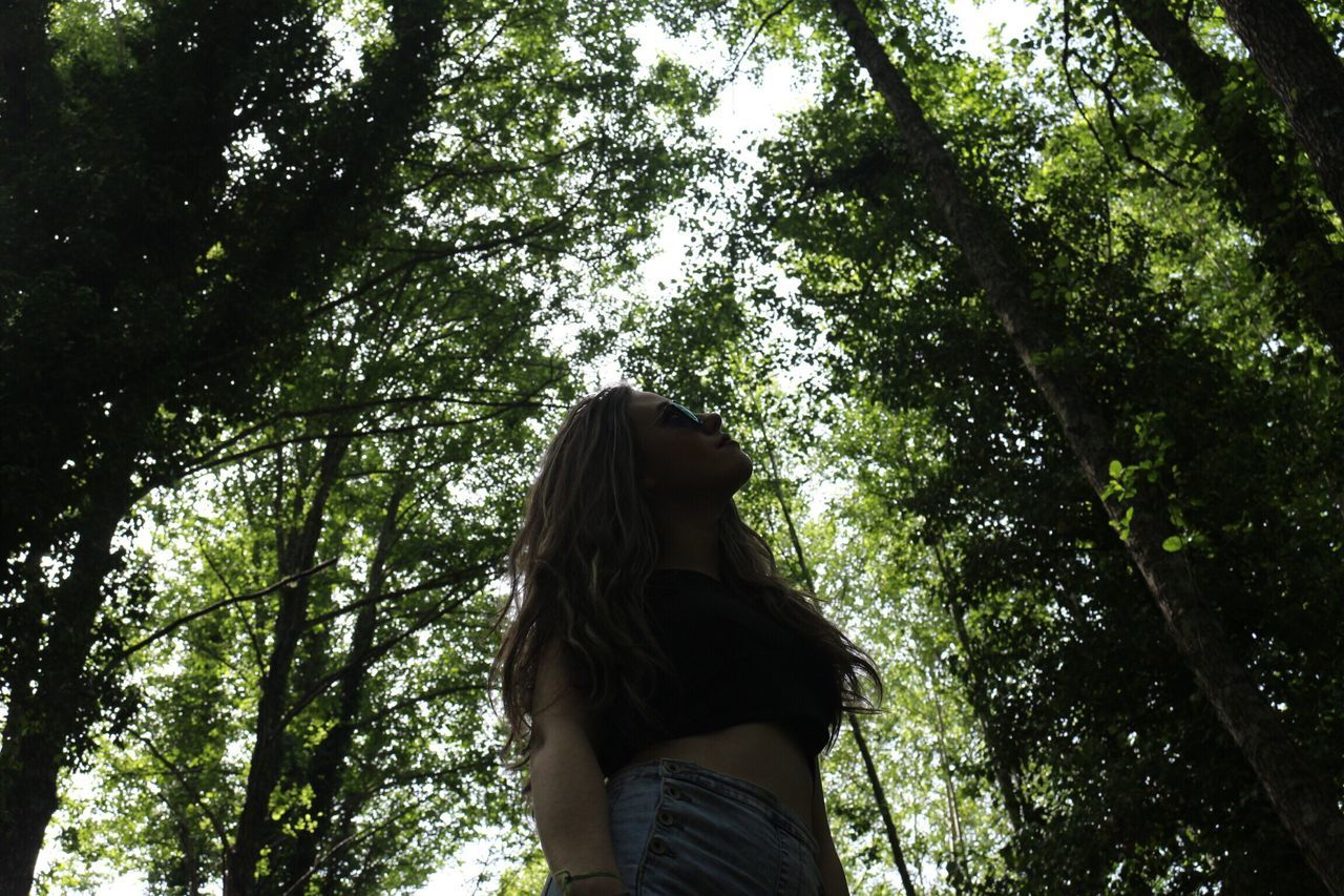 Natural One Young Woman Only Tree Low Angle View Real People One Person Rear View Nature Day Leisure Activity Lifestyles Outdoors Tree Trunk Growth Forest Women Branch Standing Beauty In Nature Young Women Young Adult People Adult Españoles Y Sus Fotos Bestoftheday SHOOT