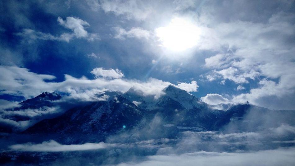 Cornice di nuvole Blue Beauty In Nature Snow Cold Temperature Cloud - Sky Outdoors Scenics Sky Nature No People Day Mountain Blue Sky Power Of Nature Sun presso Aosta Aosta Valley