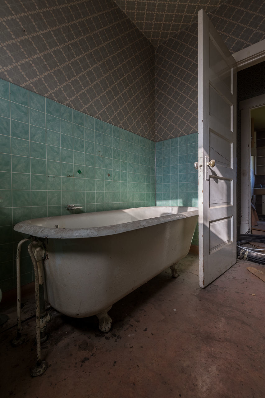 bathroom, domestic bathroom, tile, indoors, abandoned, domestic room, no people, architecture, day, toilet bowl