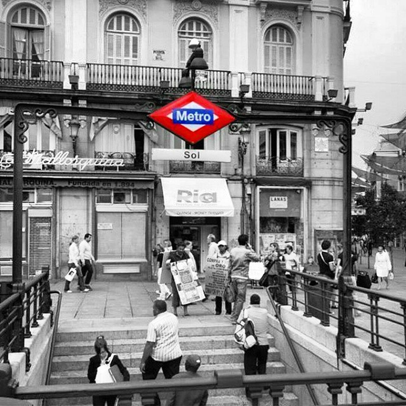 Memories Madrid PuertadelSol Sol Metro Subway Blackandwhite Red Pic Photoofday Joint Madridista Fotogrammi Break Lfl Beautiful Perspective People City Architecturephotography Minimal Metropolis