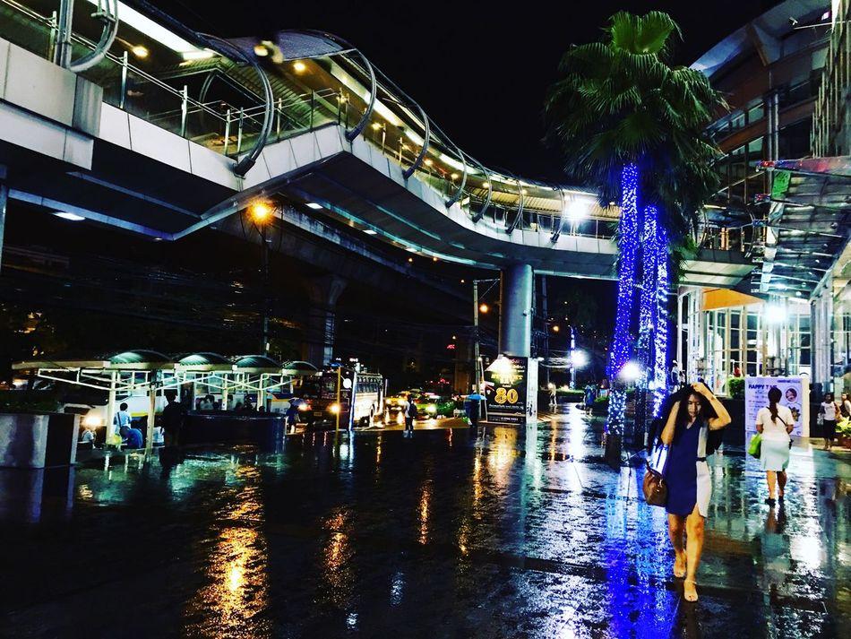 วันฝนตก PreDestiNation Pedestrian Pedestrian Crossing People People Watching People Photography Night Nightphotography Night Lights