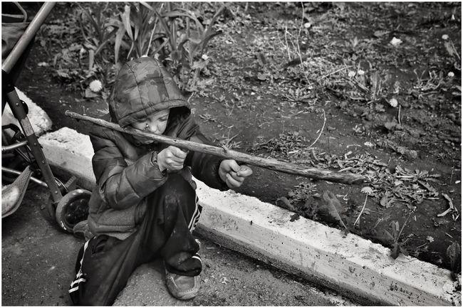 The Photojournalist - 2016 EyeEm Awards Ukraine Journalism Presse Press Guerre War Enfants Qui Jouent à La Guerre Dans Un Camp De Réfugiés. Artemivsk Ukraine Mai 2015