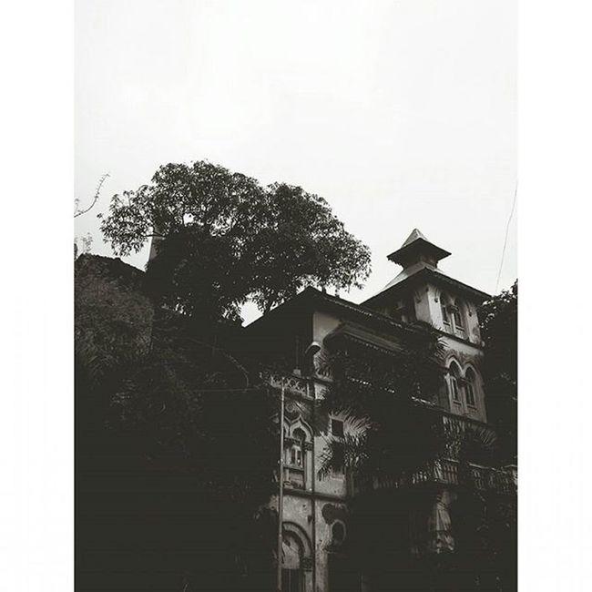 MalabarHill Malabarhills Mumbai Things2doinmumbai Mumbaiinstagrammers Buildings Fortheloveofblackandwhite Mumbaibestgram City Sky Vintage Classic Roof Streetlamp _soi Mymumbai