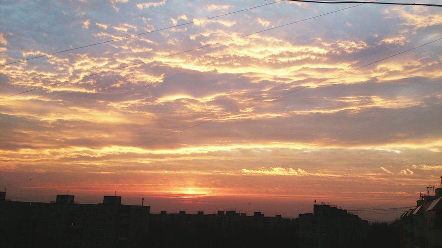 небо рассвет красиво Природа облака👍 Солнышко крыша 😛💥🙈🌇🌌