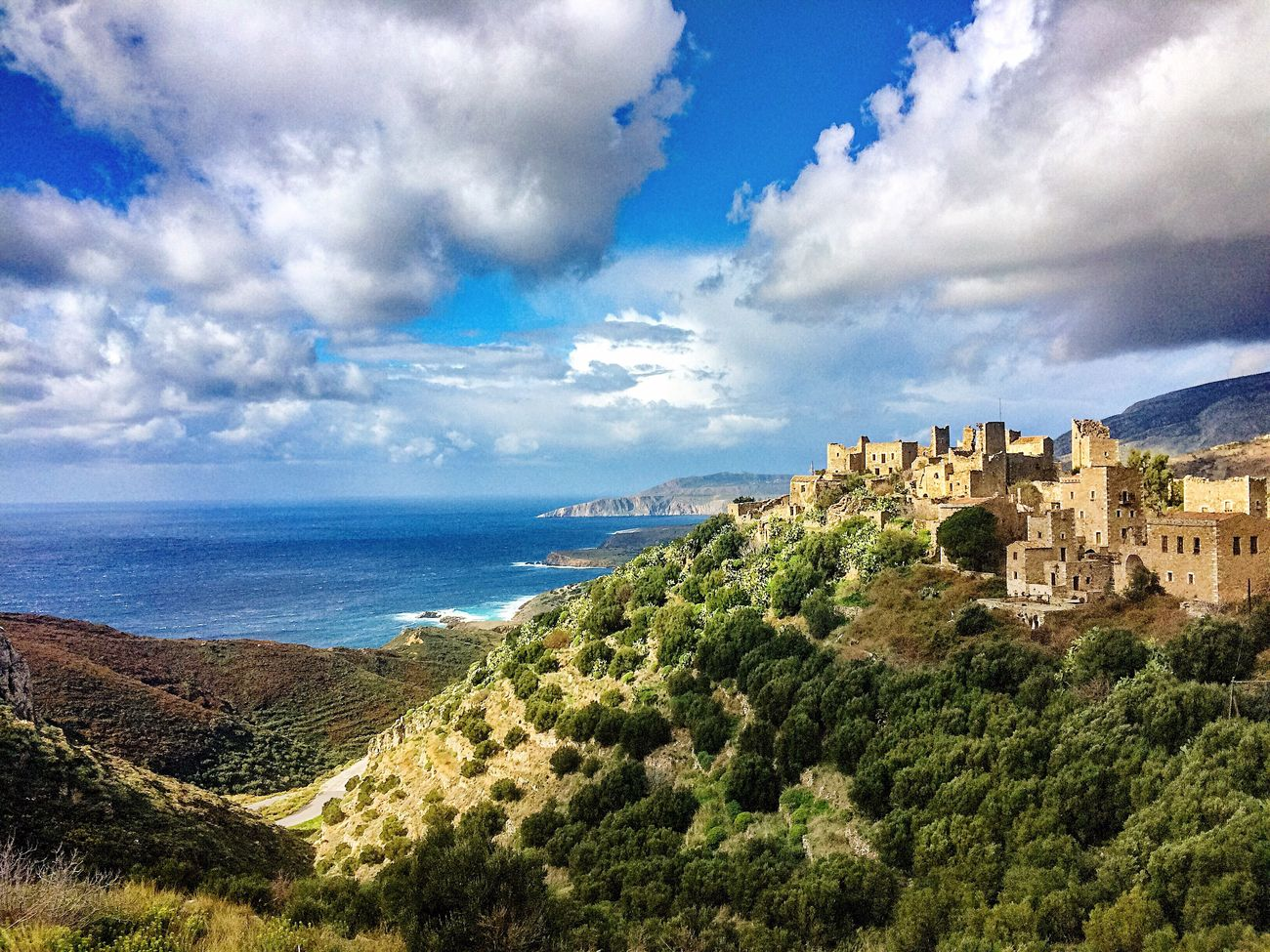 Due to constant pirate attacks, the old villages in Greece used to be built in a safety distance from the coast on nearby hills and mountains. Walk it! Wandern Hiking Naturelovers Abenteuer Nature Berge Mountains Outdoor Landscape Outdoor Photography Greece Meer Sea And Sky Peloponnese Beautiful
