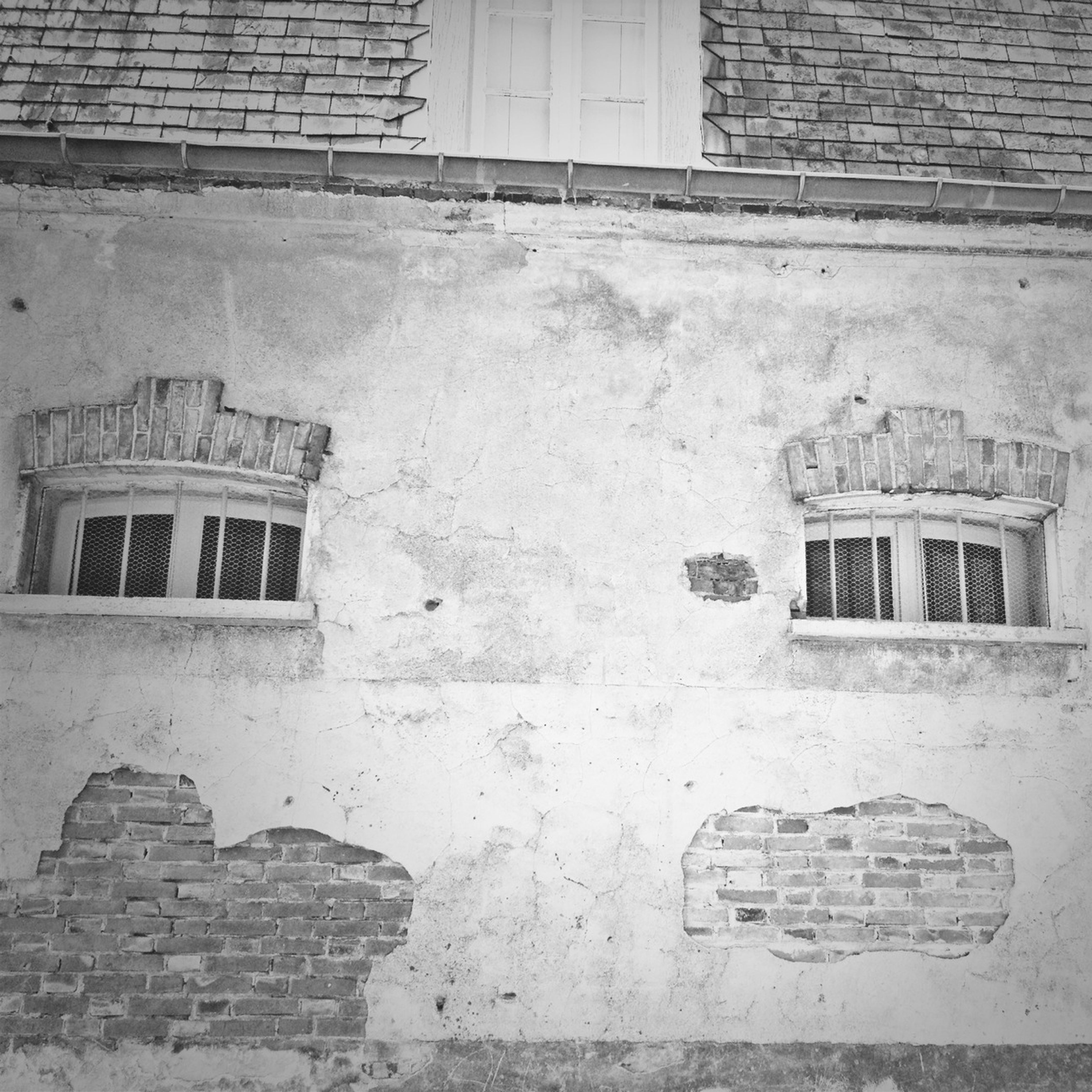 building exterior, architecture, built structure, window, brick wall, building, wall - building feature, residential building, old, house, residential structure, abandoned, day, outdoors, wall, weathered, city, damaged, no people, exterior