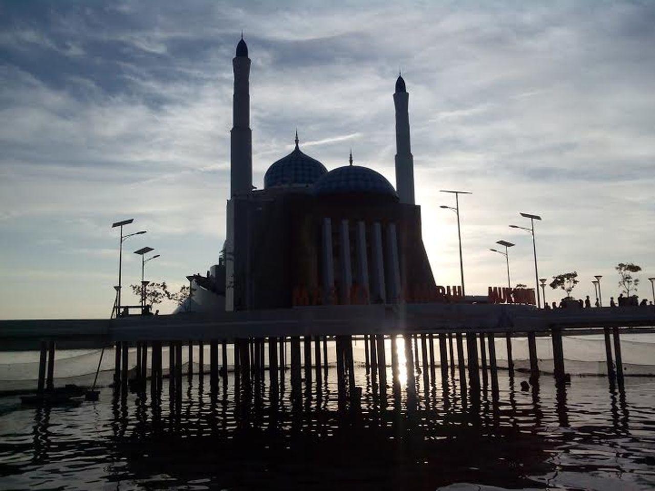 Masjid Amirul Mukminin Pantai Losari Makasar Architecture Losari Beach Masjid Moslem Mosque Mosques Mosques Of The World Silhouette