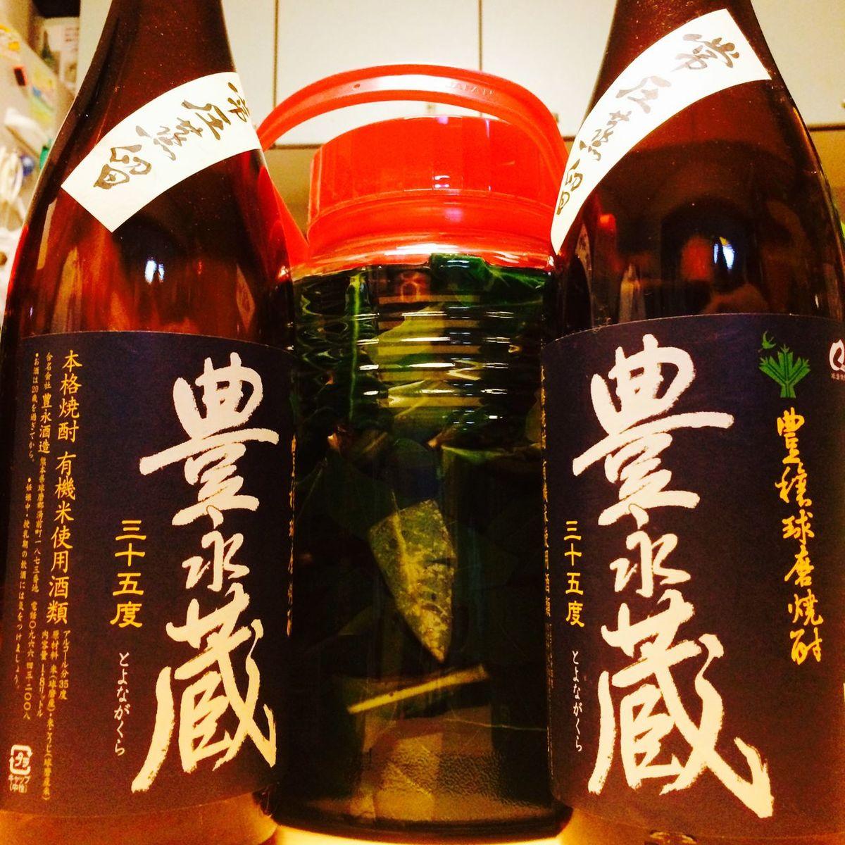漬け込み第2弾。同じく 米焼酎 球磨焼酎 Distilled From Rice と 枇杷の葉 Leaf Of Loquat で仕込んでみた。 Japanese Shochu