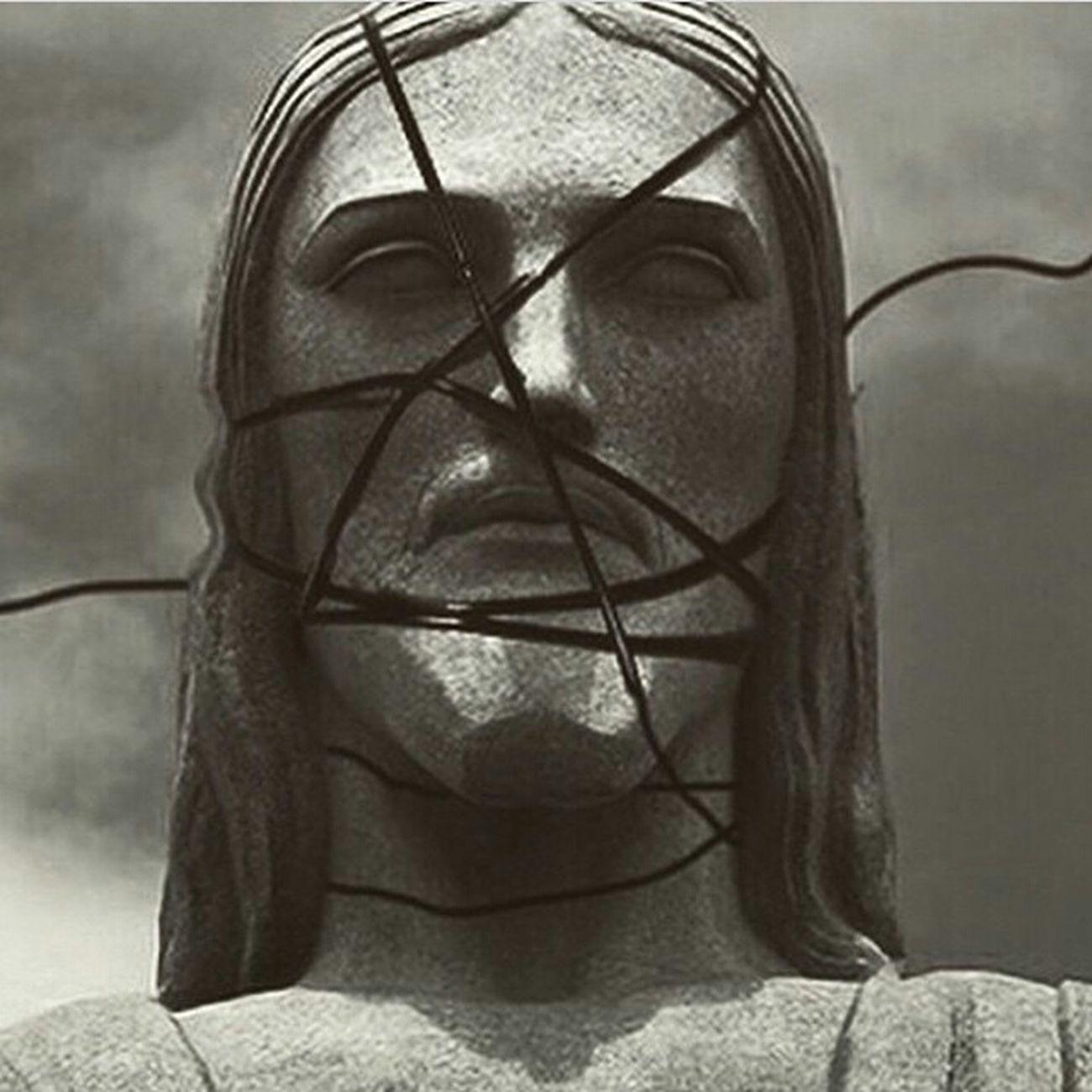 O estilista da Givenchy Riccardo Tisci postou essa foto do Cristo caracterizado como a capa do álbum RebelHeart da Madonna e marcou a cantora.