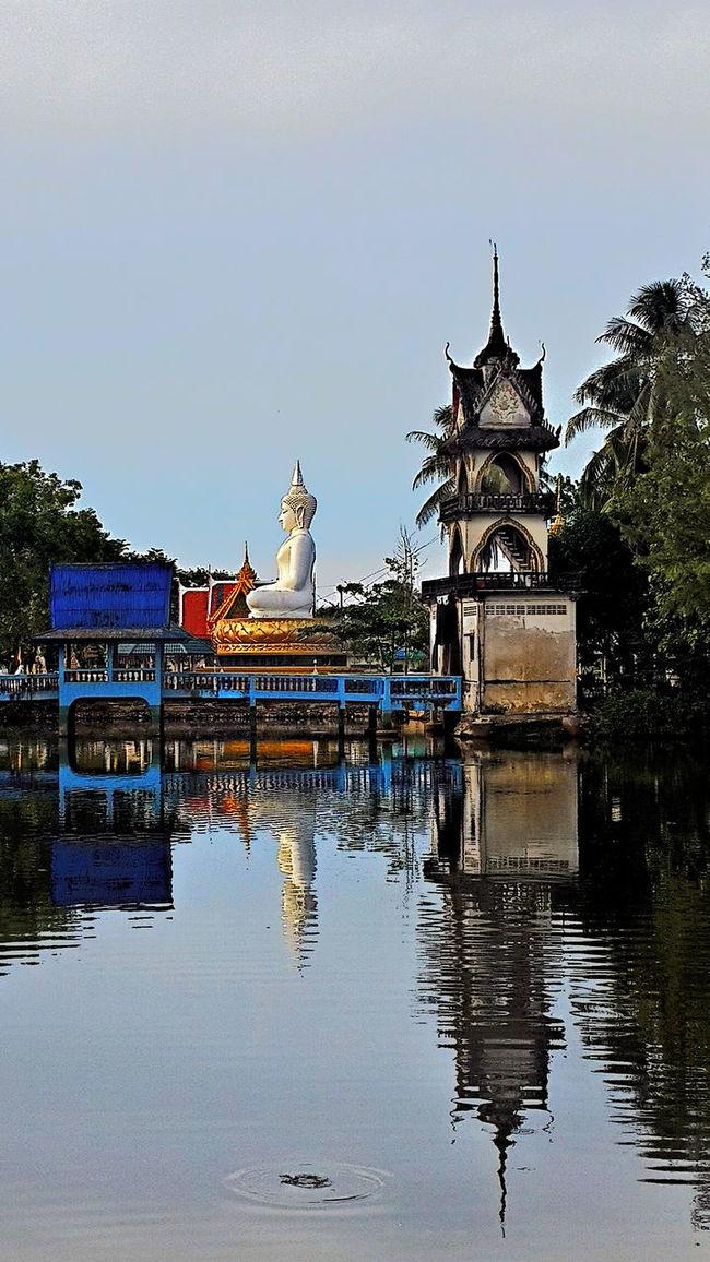 Big Buddha im Wat Laem Son in Pak Nam Lang Suan. Big Buddha Laem Son Beach Lang Suan No People Outdoors Temple Thailand Tranquility Wat Lam Son Water