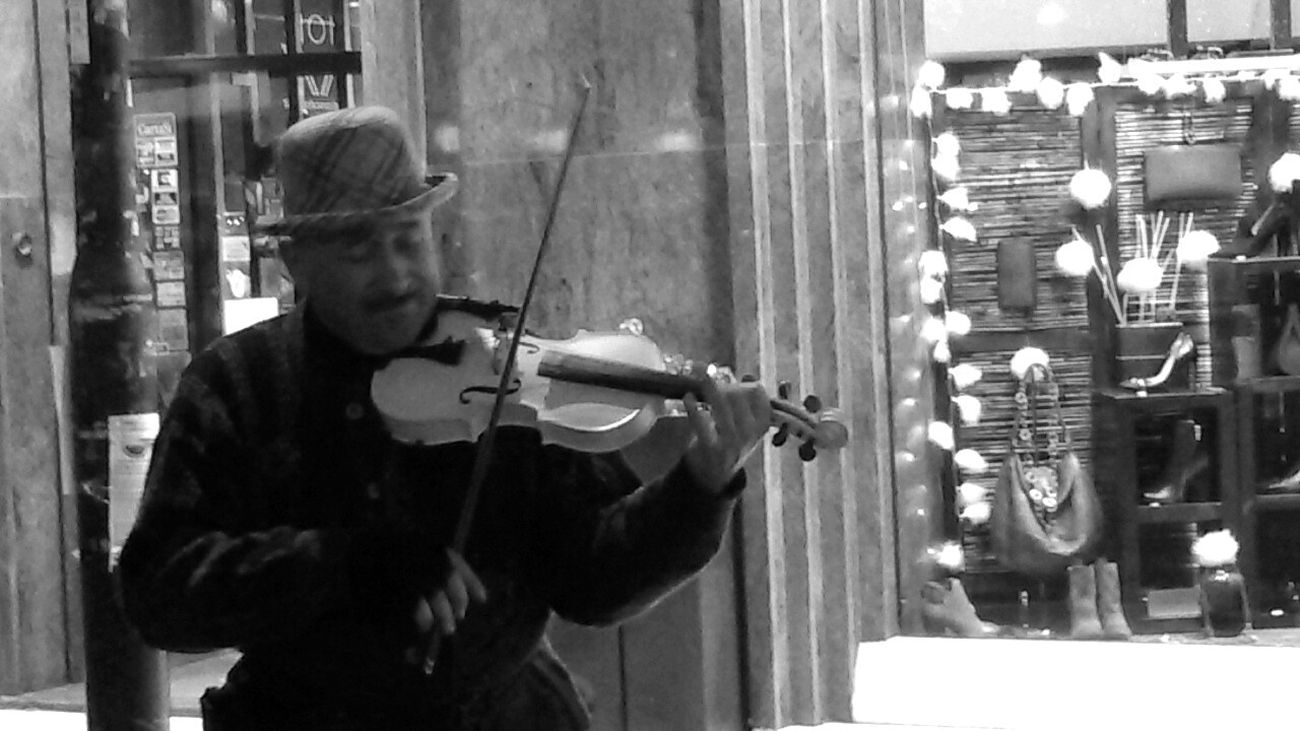 Music Violin Violinist Christmastime Music Is In The Air Street Music On The Street Musician Street Musician Wintertime