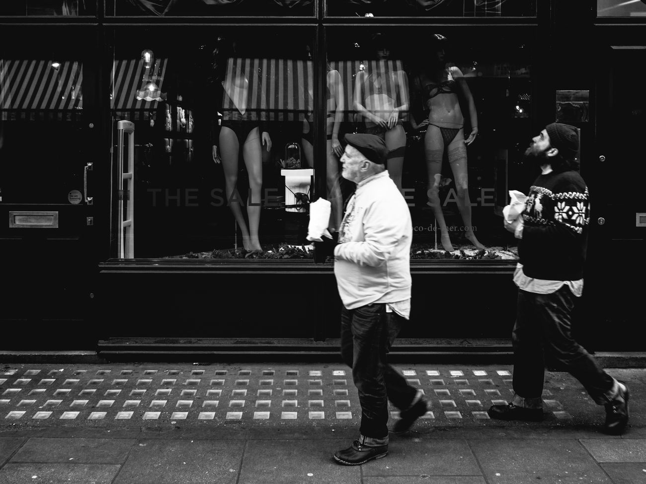 Sightseeing Streetphotography Street People Maxgor Black And White Photography Black And White Olympus Pen F Street Photography Stranger City Life London Prime Lens Monochrome Photography 35mm Rawstreets Cıty Lifestyles Candid Maxgor.com Streetlife Soho