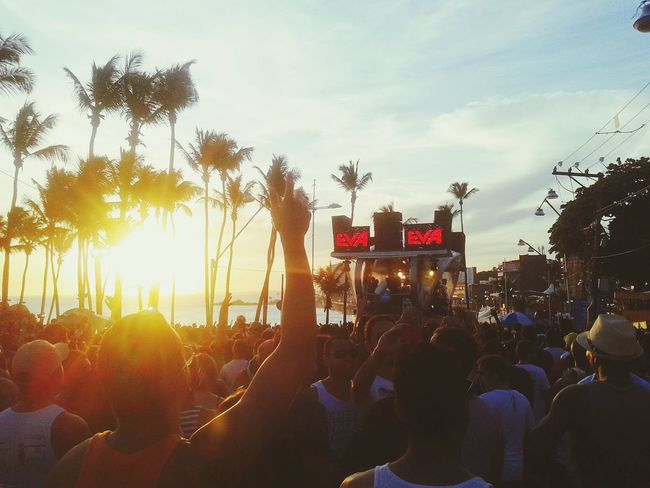 Bem vindo a Salvador, o maior carnaval de rua do mundo. Welcome to Salvador, the biggest Carnival of the world. Colors Of Carnival Carnavaldesalvador Carnival Rides Partying Till Sunrise Party Time Streetparty Happy Carnival Spirit Salvador Bahia -Brasil
