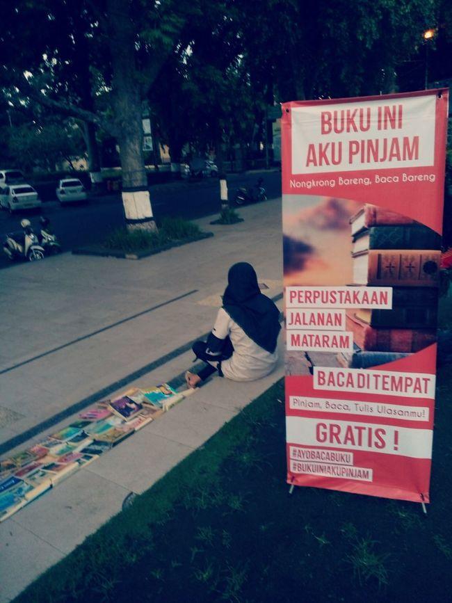 Bangga melihat Anak2 muda ini menggelar lapak perpustakaan di sebuah Taman Library On The Street Park Streetphotography Outdoors Social Issues Youthful Books ♥ Library Freereading Lombok-Indonesia