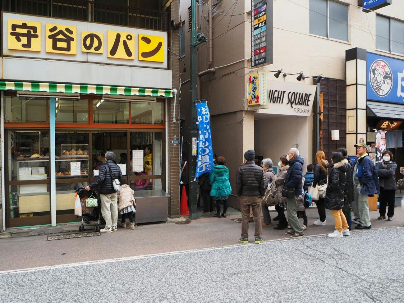 行列 ばん LINE Fresh Bread Popularity Street Photography Olympus Om-d E-m10街中のパン屋さん。余りに混んでて買うのを断念(苦笑)。