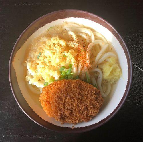 『上田製麺所』 今日も伏石方面です。それでは何時ものうどん屋さんに向かいます。もう混雑が始まりました。 かけ小+カボチャのコロッケ ¥310 何時もの車庫で頂きます。今日の麺はエッヂが立ってる。硬くはなくてモッチリ感もあります。美味いなぁ( ^ω^ ) Food Food And Drink Ready-to-eat Plate Serving Size No People Freshness