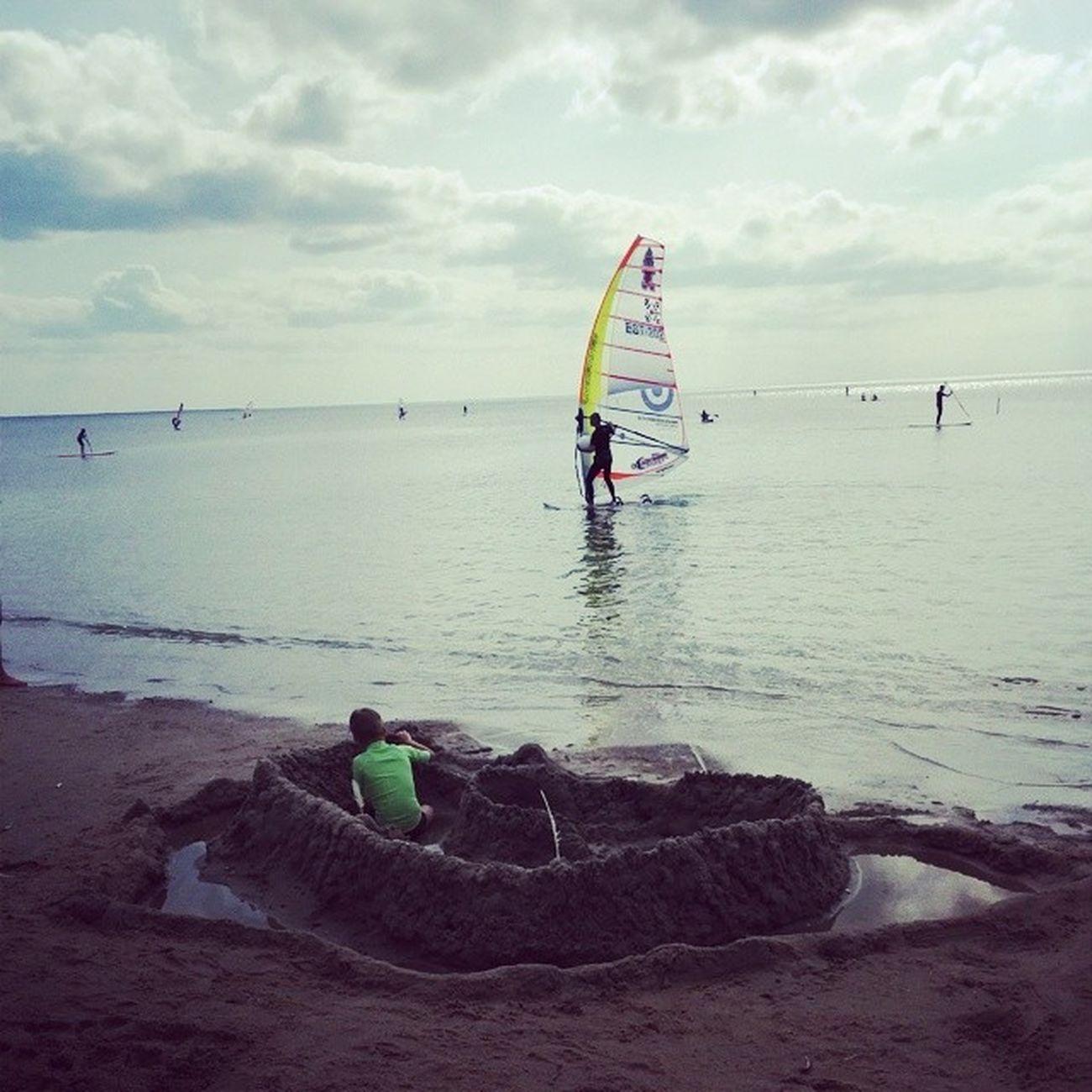 Психанули с Алексом, сказали построить песочный замок.. Город тоже ничего. Я думаюаlex Porusski Estonia Balticsea beachsandecatlepiece
