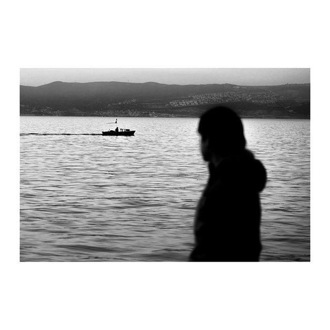 Bir fotoğrafa şiir de yazılır roman da. Bir fotoğraf bir anı da anlatır bir ömrü de. Yeter ki fotoğraf olsun. Ismailbalıphotography Moment O_an Black_white Bw Sea People Human Boat Nikon Nikontop Nikonofficials Nikon_türkiye Nikon_turkey Original