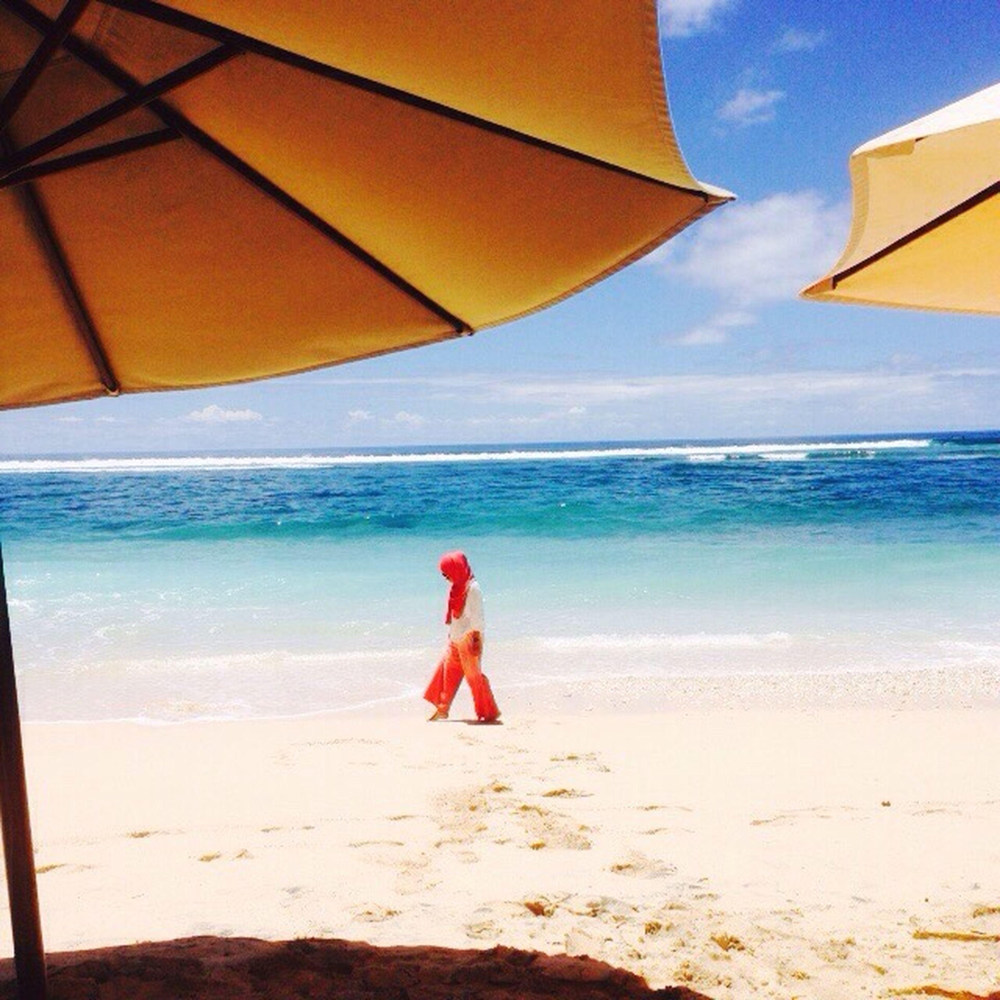 sea, horizon over water, beach, sky, beach umbrella, sand, shore, scenics, parasol, water, beauty in nature, vacations, umbrella, tranquility, tranquil scene, nature, cloud, summer, sunlight, idyllic