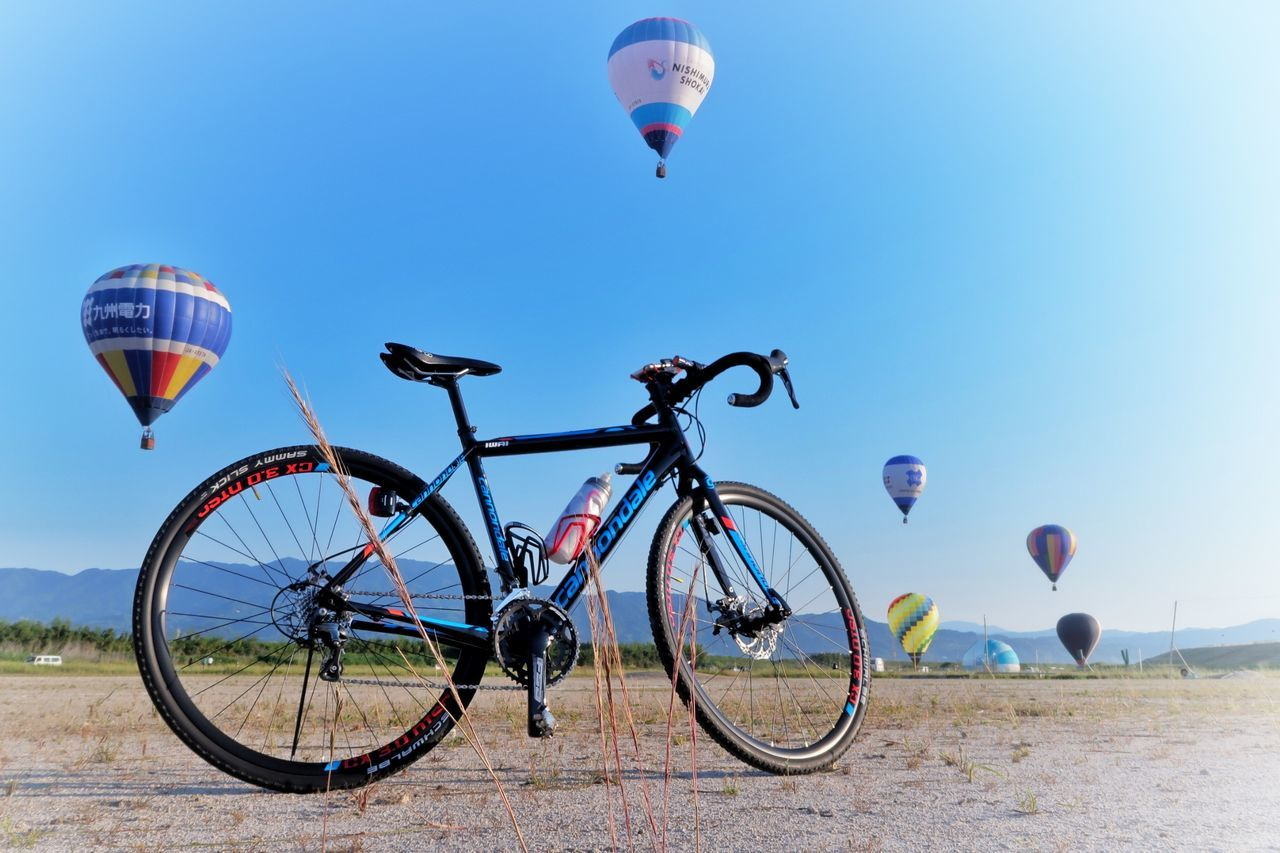 ロードバイク Cannondale CAADX Tiagra 自転車 Bicycle 熱気球 青空 空 Hot Air Balloon Flying Transportation EyeEm Best Shots EyeEm Nature Lover Mid-air Adventure Fun Sunny Sport Mode Of Transport Blue Sky Leisure Activity Nature Beauty In Nature