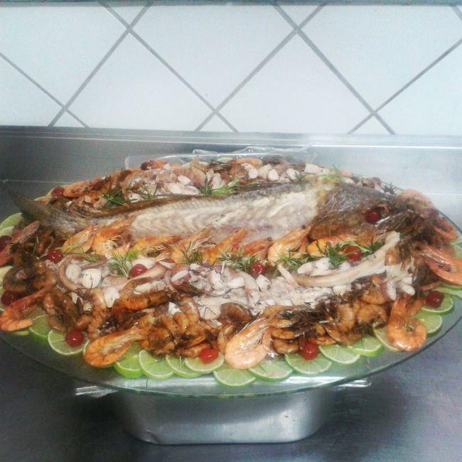 Decoração de peixe com polvo, camarão e peixe desfiado para jantar.