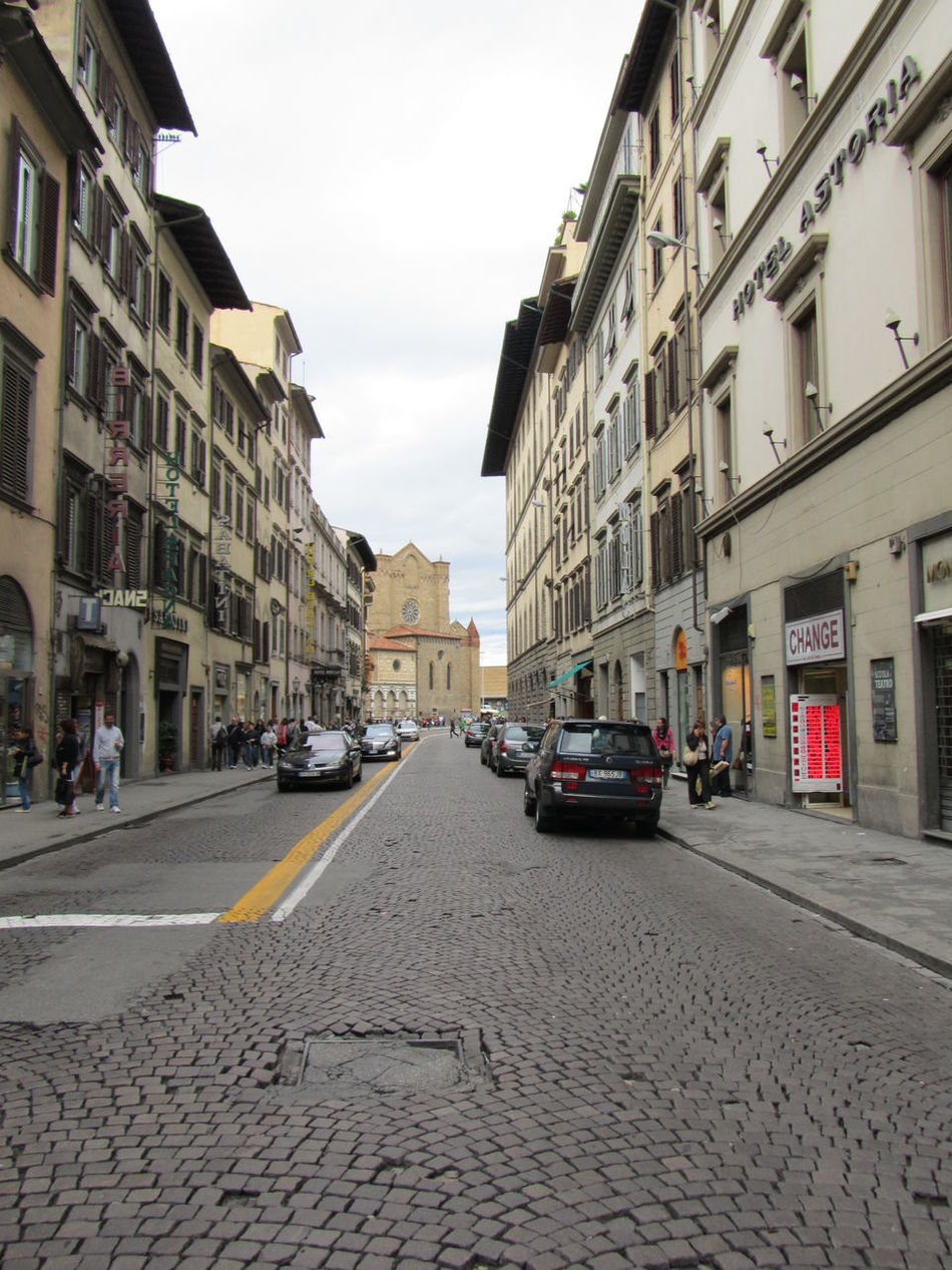 Daytime Freetime Photos Vacation Time Sightseing Streetphotography Street Life Building Exterior Italy People On The Streets Traffic Cars Sky