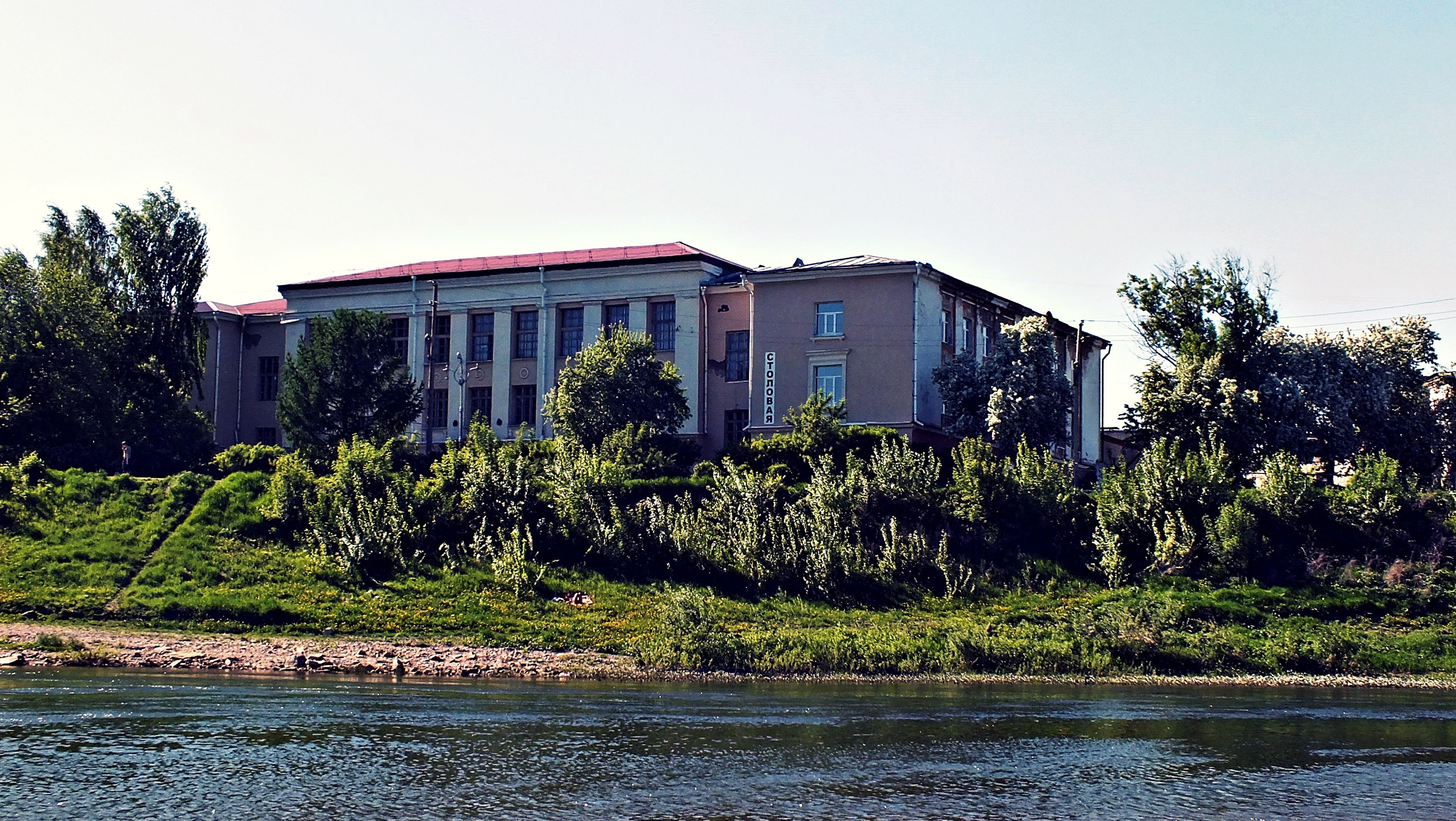 building exterior, architecture, built structure, clear sky, tree, water, growth, plant, house, waterfront, green color, residential building, residential structure, sky, day, copy space, no people, building, nature, outdoors